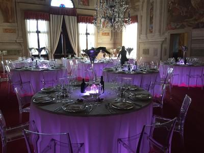 allestimento tavoli per matrimonio tema carnevale veneziano
