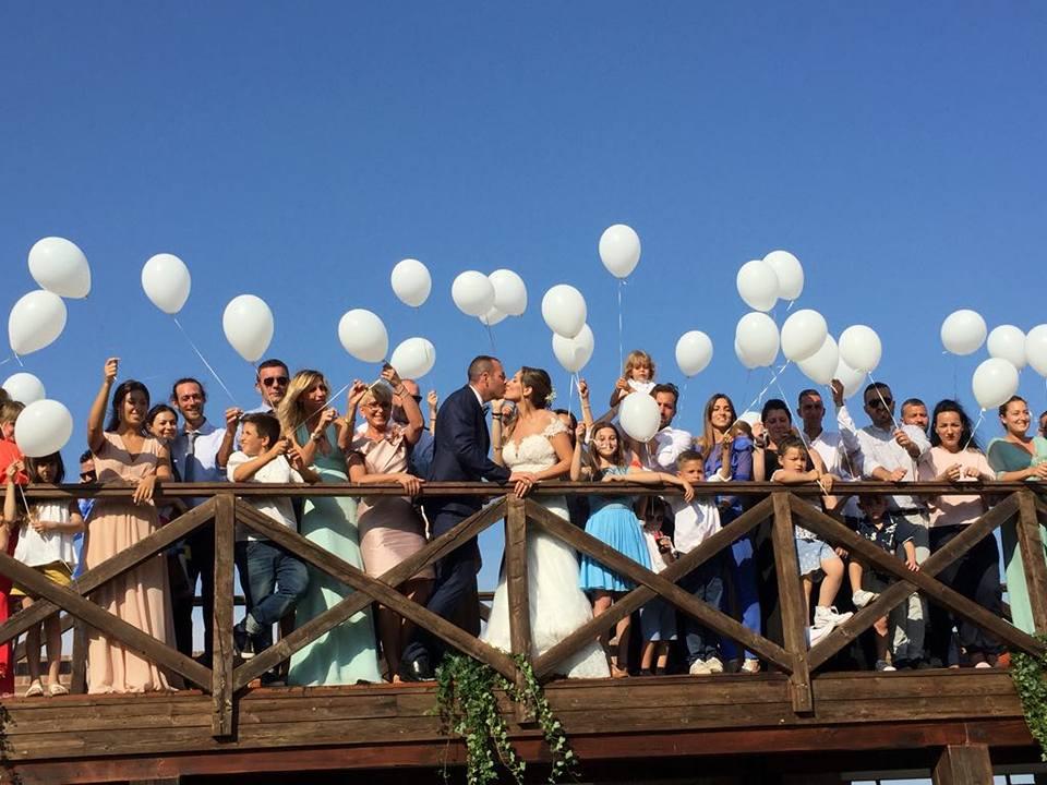 sposi e invitati con palloncini - matrimonio veneziano